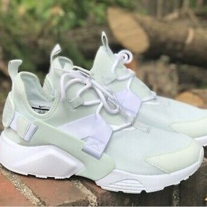 Gorgeous Huarache city low sz 6 women's Nike